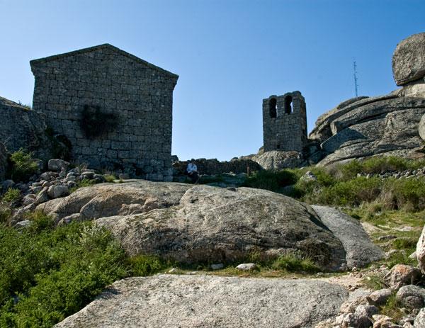 Португальская деревня Монсанто Capilla_Sao_Miguel